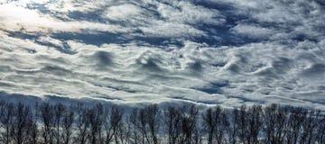 异常的冬天云彩 免版税库存照片
