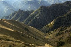异常的多山风景被摄制反对光 免版税图库摄影