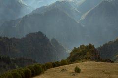异常的多山风景被摄制反对光 免版税库存照片