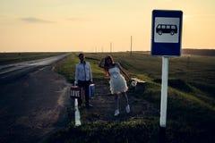 异常的夫妇婚礼在公共汽车站的 免版税库存图片