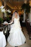 异常的婚礼礼服的美丽的新娘在餐馆 免版税库存图片