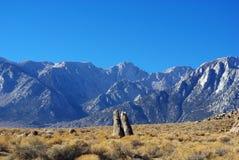 异常的岩石塔和内华达山脉 图库摄影