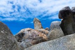 异常的岩石(Hin Ta岩石)在蓝天与可能,苏梅岛海岛 免版税库存图片
