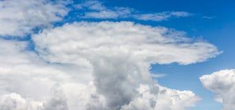 异常的形状一朵白色云彩在蓝天o的背景的 图库摄影