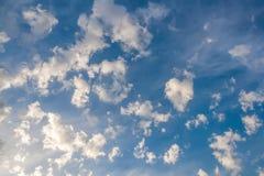 以异常的形状的形式云彩在蓝天 免版税库存照片