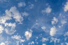 以异常的形状的形式云彩在蓝天 免版税库存图片