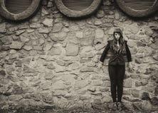 异常的欧洲风格雀斑妇女都市的时尚 免版税库存照片