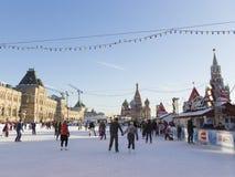 异常的红场的圣诞节滑冰场 库存照片