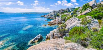 异常的花岗岩岩石和惊人的天蓝色的水在美丽的撒丁岛海岛上在波尔图Pollo, Sargedna,意大利附近 免版税库存照片