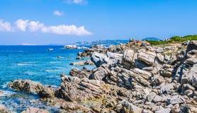 异常的花岗岩岩石和惊人的天蓝色的水在美丽的撒丁岛海岛上在波尔图Pollo, Sargedna,意大利附近 库存图片
