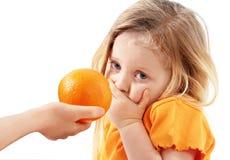 异想天开的孩子不要吃桔子 库存照片