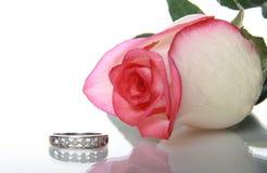 异教徒环形玫瑰色婚礼 图库摄影