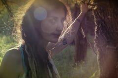 异教的吉普赛女孩在森林里 库存图片