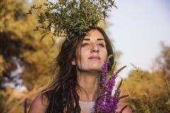 异教的吉普赛女孩在森林里 免版税图库摄影