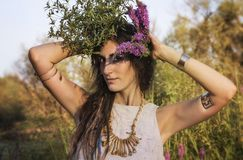 异教的吉普赛女孩在森林里 免版税库存图片