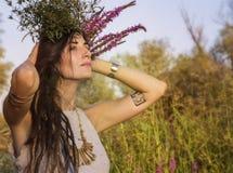异教的吉普赛女孩在森林里 图库摄影