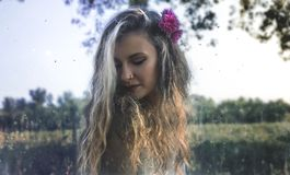 异教的女孩在森林里 免版税库存图片