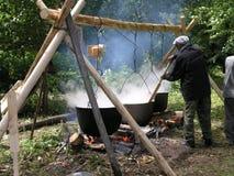 异教的祷告桃莉在2005年7月12日的神圣的树丛里在Shorunzha,俄罗斯 图库摄影