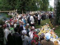 异教的祷告桃莉在2005年7月12日的神圣的树丛里在Shorunzha,俄罗斯 免版税库存照片