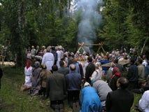 异教的祷告桃莉在2005年7月12日的神圣的树丛里在Shorunzha,俄罗斯 库存照片