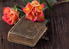 橙色玫瑰用巧克力 免版税库存图片