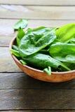 弄湿新鲜的菠菜叶子在碗的 图库摄影