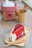 弄皱蛋糕用在木盘子的草莓调味汁 库存图片