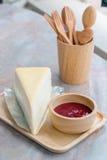 弄皱蛋糕用在木盘子的草莓调味汁 库存照片