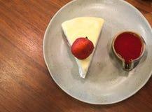 弄皱蛋糕草莓用在顶视图的草莓调味汁 免版税库存图片