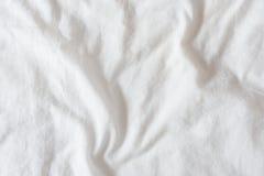 弄皱/皱痕顶视图在一条白色没有整理好/杂乱床单的 免版税库存图片