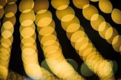 弄脏与圈子从LED光的金黄Bokeh的焦点背景每个节日的 免版税库存照片