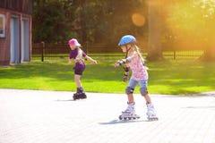 弄脏乐趣女孩线型户外辐形滑冰的年&# 库存图片