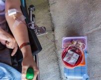 弄脏了许多人民给献血 免版税图库摄影