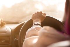 弄脏了A妇女后边,当驾驶时 免版税库存照片