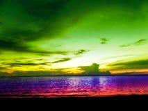 弄脏前轻的日落五颜六色的天空和海洋 免版税库存图片