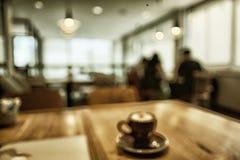 弄脏咖啡店或咖啡馆餐馆有抽象bokeh光的im 库存照片