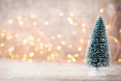 弄脏在圣诞树的轻的庆祝有墙壁背景 免版税图库摄影