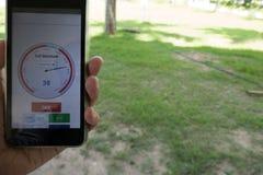 弄脏在手机的湿气app监测的湿气 相互 免版税库存照片