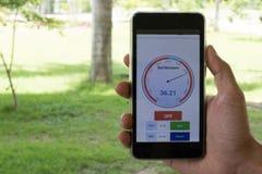 弄脏在手机的湿气app监测的湿气 相互 库存图片