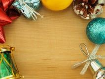 弄脏在木地板上的圣诞节装饰与文本的空间在中部 免版税库存图片