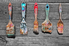 弄脏在没有漆的自然木背景的一支画笔 免版税图库摄影