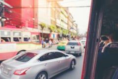 弄脏在街道交通堵塞里面的焦点在路视图形式老公共汽车w 库存照片