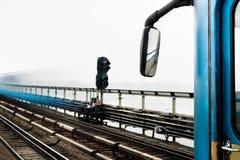 弄脏在铁路桥的火车在河上 库存图片