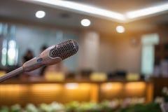弄脏报告人微型mic,话筒在会议室或se 免版税图库摄影