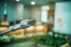 弄脏报告人微型mic,话筒在会议室或se 库存图片