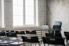 弄脏教室椅子和桌与白板和放映机屏幕 白色黑颜色概念 库存照片