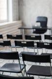 弄脏教室椅子和桌与白板和放映机屏幕 白色黑颜色概念 图库摄影