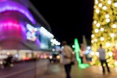 弄脏显示光五颜六色的背景在商城前面的 免版税库存图片