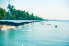 弄脏沙滩的蓝色海海洋与游人 库存照片