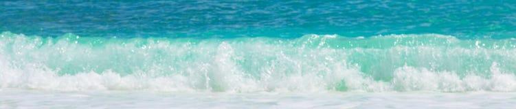 弄脏背景与绿松石水波的纹理横幅 库存图片